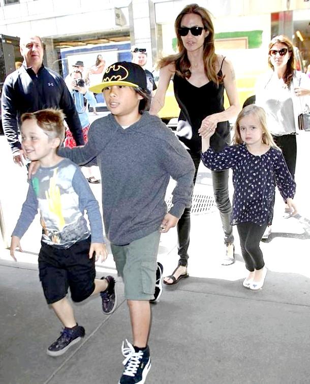 Анджеліна Джолі з дітьми готується до Хеллоуїну (ФОТО)