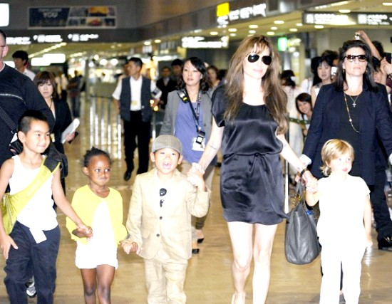 Анджеліна Джолі збирається народити двійню перед операцією