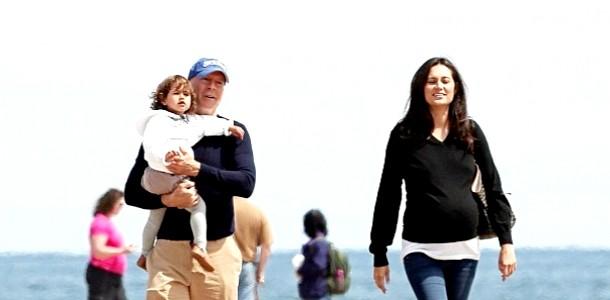 Брюс Вілліс з донькою і вагітною дружиною на пляжі (ФОТО) фото
