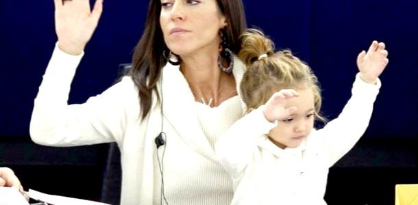 Депутат Європарламенту Лисия Ронзуллі ходить на засідання з дитиною (ФОТО) фото