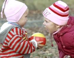 Як навчити малюка ділитися?