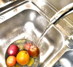 Як правильно мити фрукти для дітей?