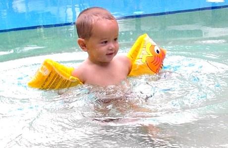 Як зібрати дитину в басейн