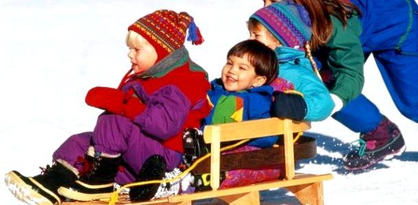 Катання на санках: правила безпеки на гірці фото
