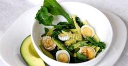 Легкий салат з руколою, перепелиними яйцями і авокадо. Рецепт з покроковим фото