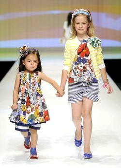 Літній одяг для дівчаток різного віку фото
