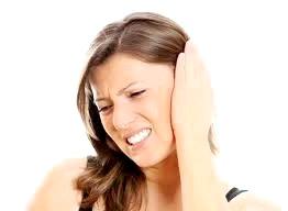 Чому може боліти вухо? Як собі допомогти?