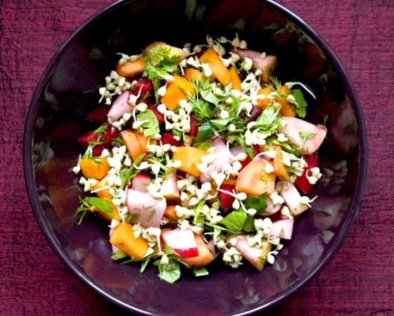 Овочевий салат з яблуком і проростками гречки
