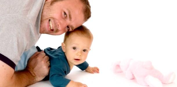 Татусеві історії: батько лікує сина від зубного болю фото
