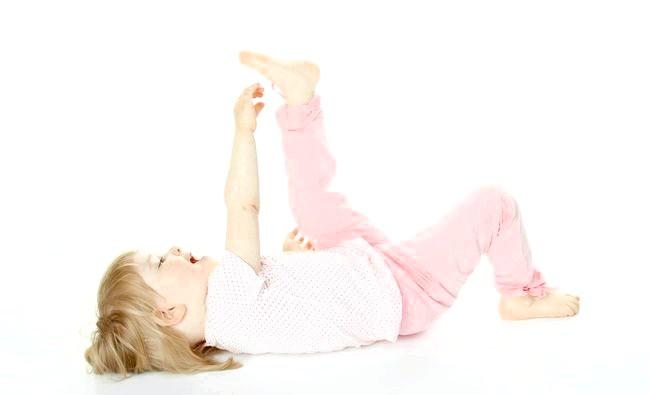 Щільне сповивання шкодить суглобам немовляти фото