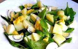 Салат з молодого шпинату, картоплі та яєць