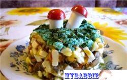 Салат «Тропічні грибочки» з грибами і ананасами фото