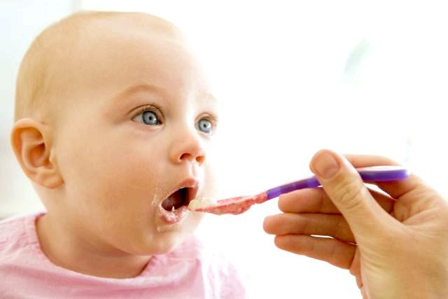 Введення прикорму дітям на штучному і грудному годуванні фото