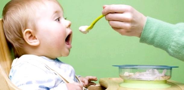 Вводимо прикорм в раціон малюка: 5 помилок батьків (відео)