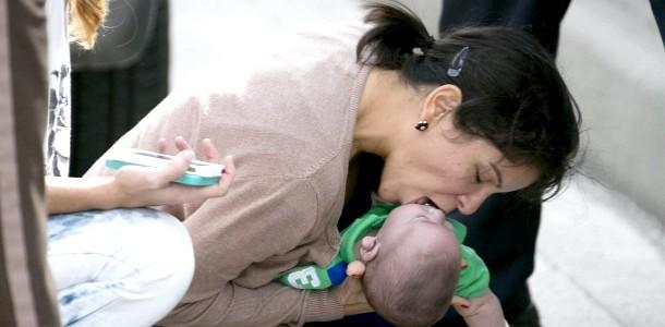 Жінка врятувала малюка від задухи
