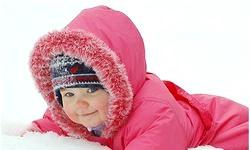 Зимові прогулянки з дітьми. Скільки гуляти і як одягати? фото