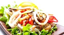 Святкові легкі салати: салат Цезар і салат з кальмарів