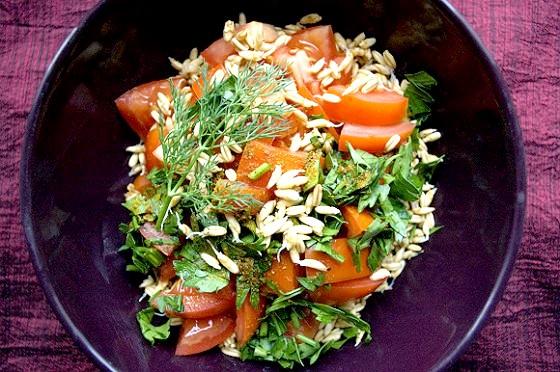 Салат з помідорів з проростками вівса фото