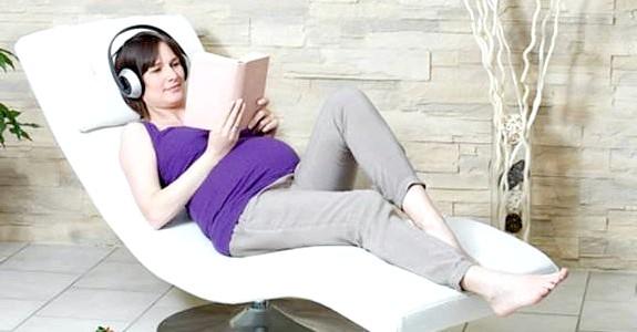 Читання вголос поезії під час вагітності допомагає розвитку дитини фото