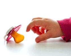 Відучує малюка від соски фото
