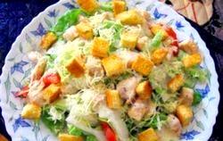 Салат з куркою, помідорами і часниковими сухариками. Рецепт з покроковим фото