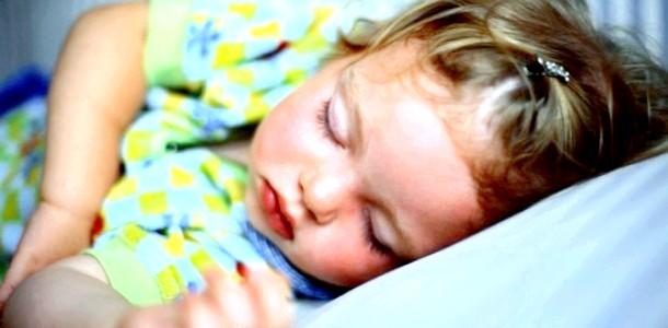 Сон немовлят на спині не гальмує їх розвиток
