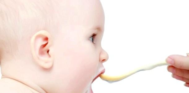 Чим годувати дитину в літаку?