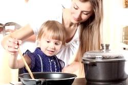 Чим зайняти малюка на кухні? фото