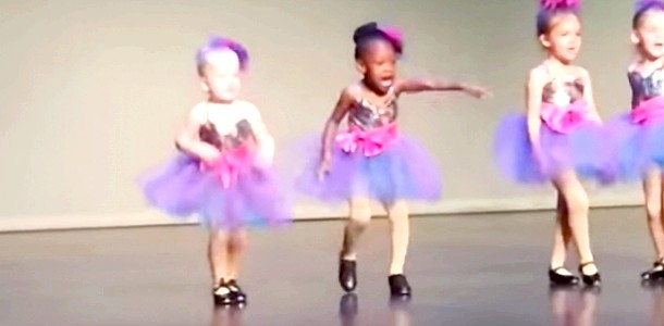 Юна танцівниця розсмішила весь зал (відео) фото